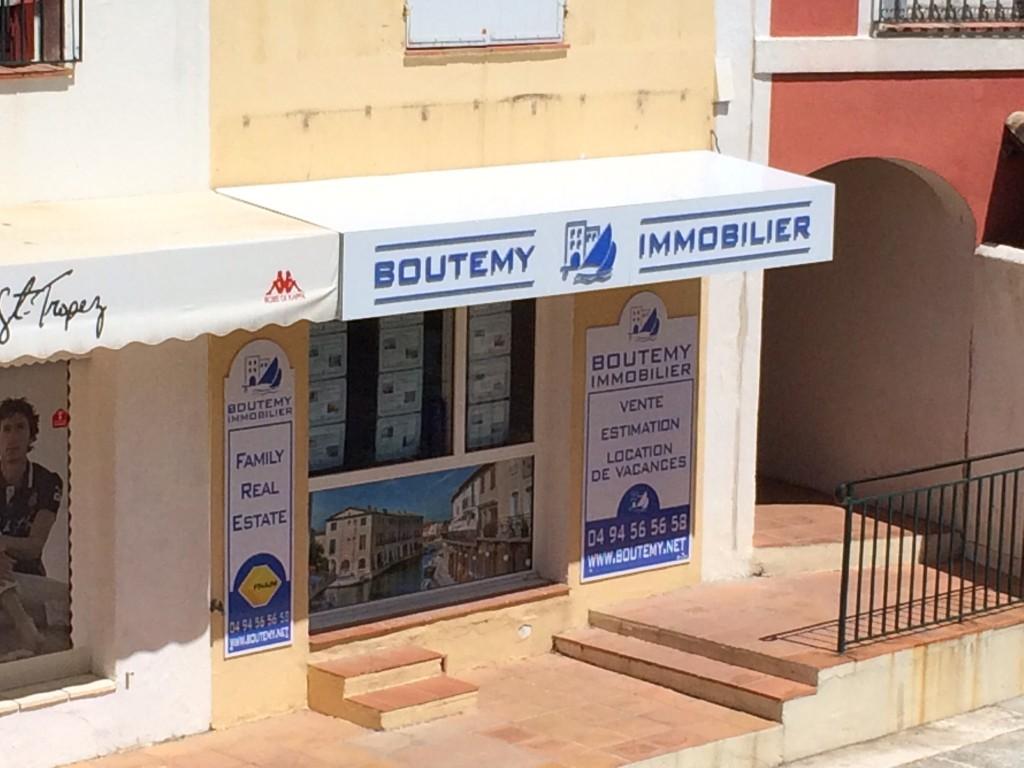 Enseigne Boutemy Immobilier côté canal Port Grimaud