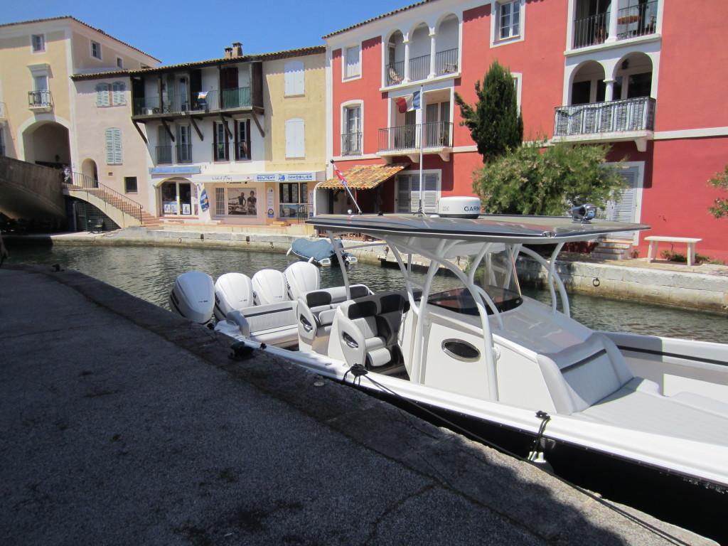 bateau 4 moteurs Port Grimaud devant Boutemy Immobilier