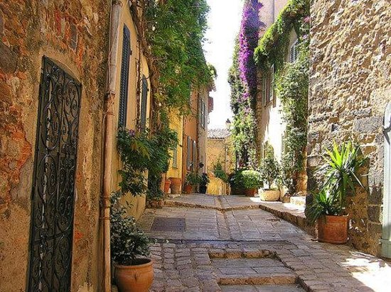 One of the typical Grimaud alleys
