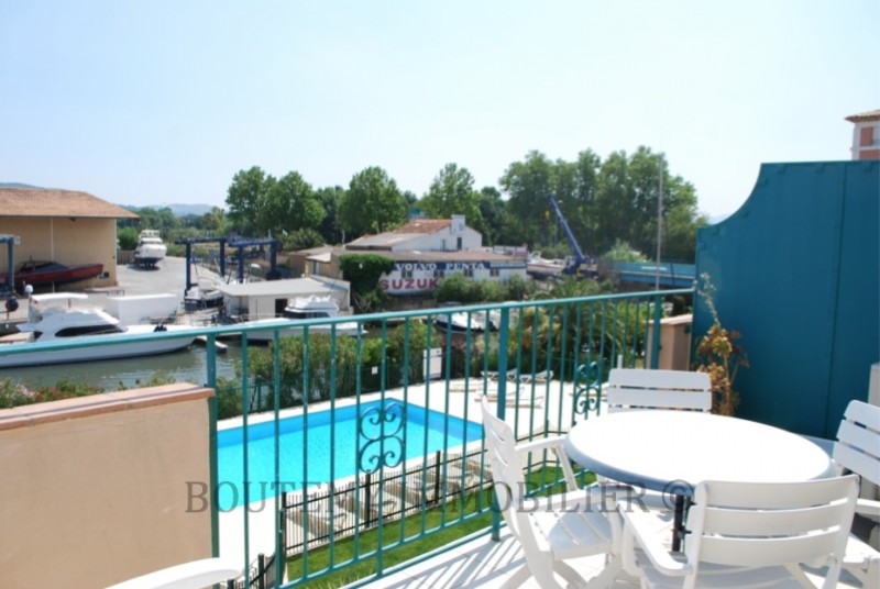 For sale: duplex in Port Grimaud Sud with access to a private swimming pool. €297,000