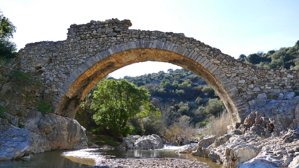L'attribut alt de cette image est vide, son nom de fichier est Pont-des-fées-Grimaud-Tourisme-1024x576.jpg.
