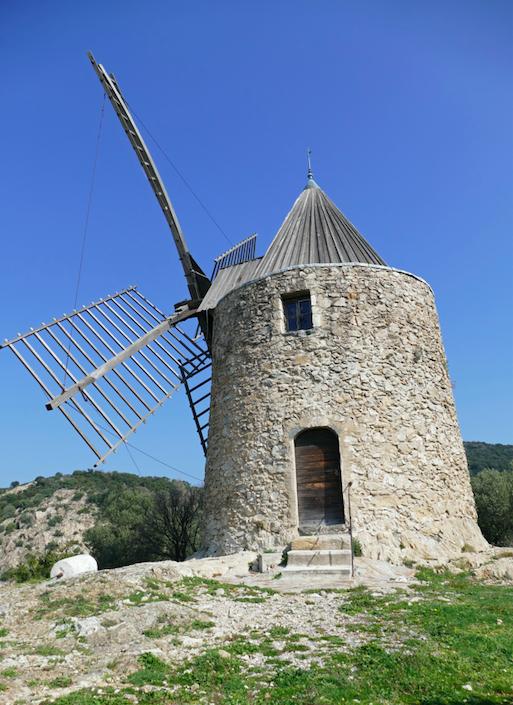 L'attribut alt de cette image est vide, son nom de fichier est moulin-saint-roch.png.